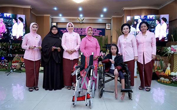 Penyerahan Bantuan Pendidikan, Khusus dan Alat bantu Penyandang Cacat yang diwakili oleh Pengurus Daerah Bhayangkari Metro Jaya.