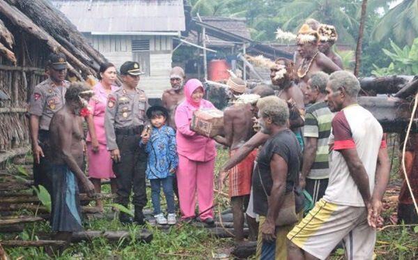 Anjangsana dan penyerahan bantuan sembako dari PC Bhayangkari Asmat kepada masyarakat Kampung Ayam Kab. Asmat dan disertai dengan penyuluhan kesehatan kepada masyarakat setempat, 10 Juli 2016.