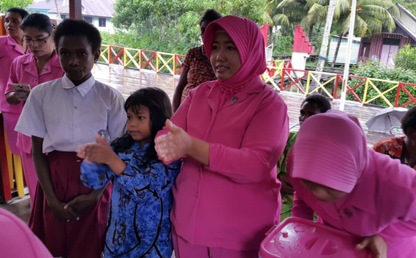 PC Bhayangkari Asmat yang tengah memperagakan Gerakan Cuci Tangan Pakai Sabun (CTPS) kepada anak-anak SD Negeri Akad Distrik Akad Kab. Asmat, kegiatan ini bertujuan untuk mengenalkan kepada anak pentingnya budaya hidup bersih yang dimulai dari diri sendiri dan yang paling sederhana adalah mencuci tangan dengan baik dan benar, 9 Juli 2016.
