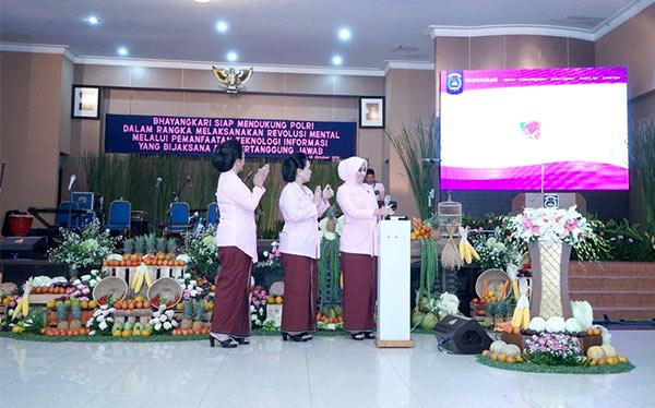 Peluncuran website Bhayangkari yang ditandai dengan penekanan tombol sirine oleh Ketua Umum Bhayangkari didampingi oleh Pembina Utama Bhayangkari.