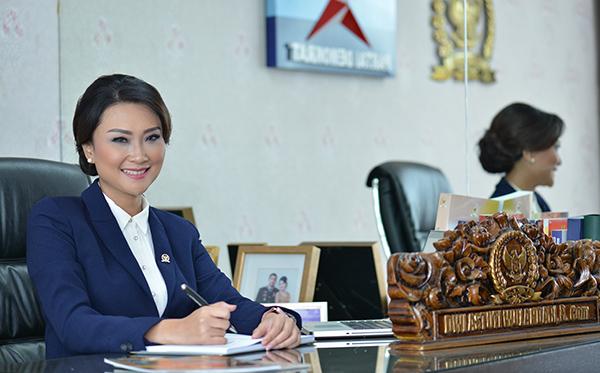 rev (COVER )Foto ibu Dwi Anggota DPR RI