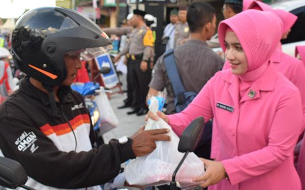 Berbagi takjil Gratis Bersama Bhayangkari PC Bireuen 2019 d