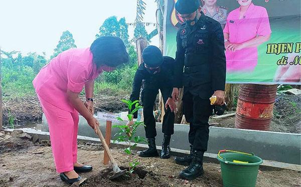 Penanaman Pohon Serta Pemberian Tali Asih Kepada Perwakilan Anggota Bhayangkari Satbrimob Kompi 4 Ketapang 2020 A