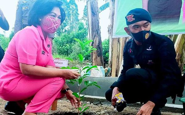Penanaman Pohon Serta Pemberian Tali Asih Kepada Perwakilan Anggota Bhayangkari Satbrimob Kompi 4 Ketapang 2020 D